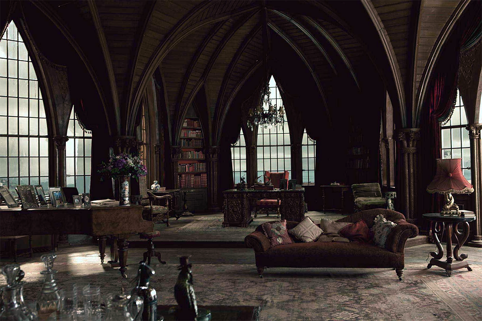 Готика. Интерьер в готическом стиле, зал с диваном и роялем