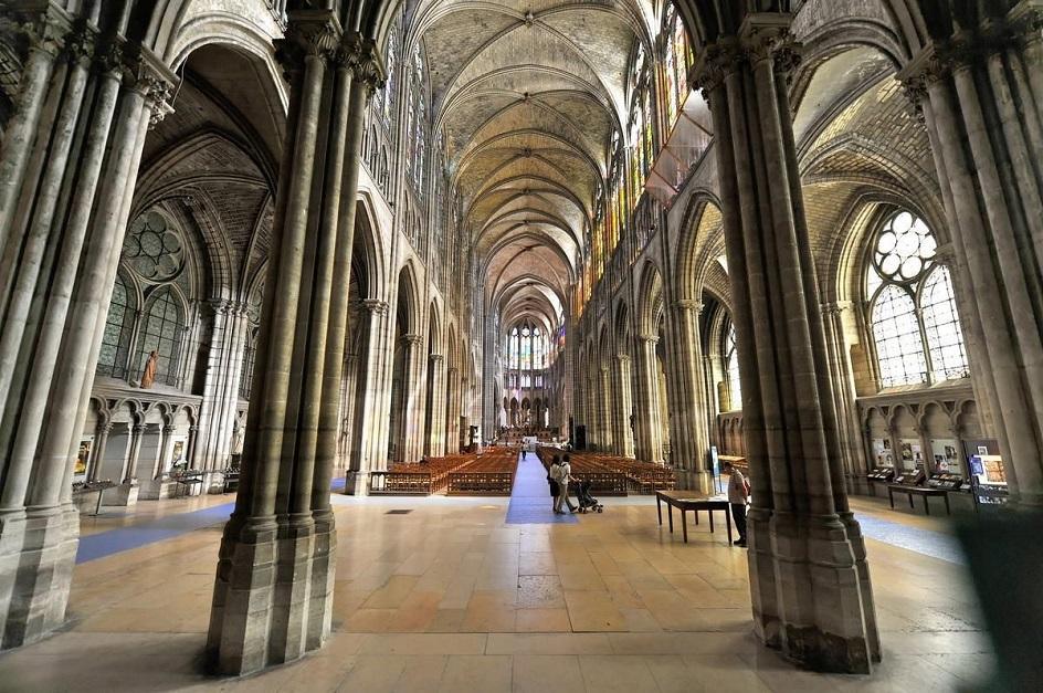 Готика. Интерьер в готическом стиле, внутреннее убранство католического храма