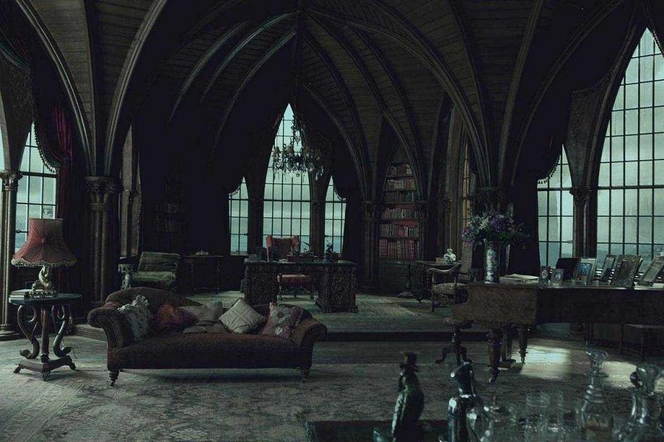 Готика. Интерьер в готическом стиле, зал с книжным шкафом и рабочим столом