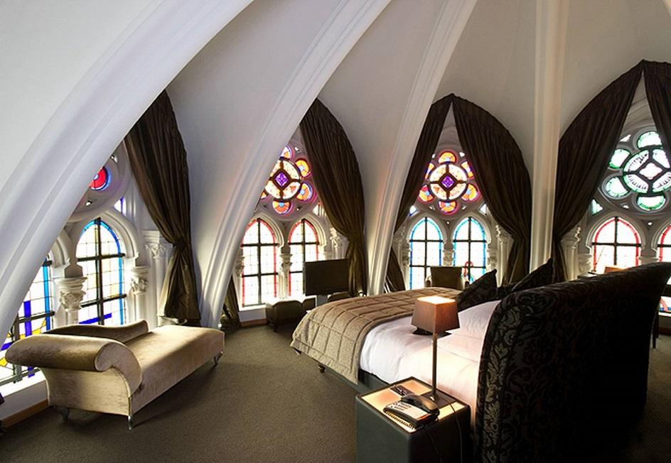Готика. Интерьер в готическом стиле, номер элитной гостиницы