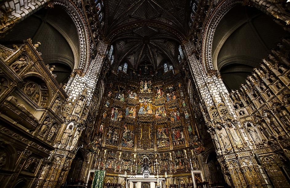 Готика. Интерьер в готическом стиле, центральный алтарь и неф готического собора