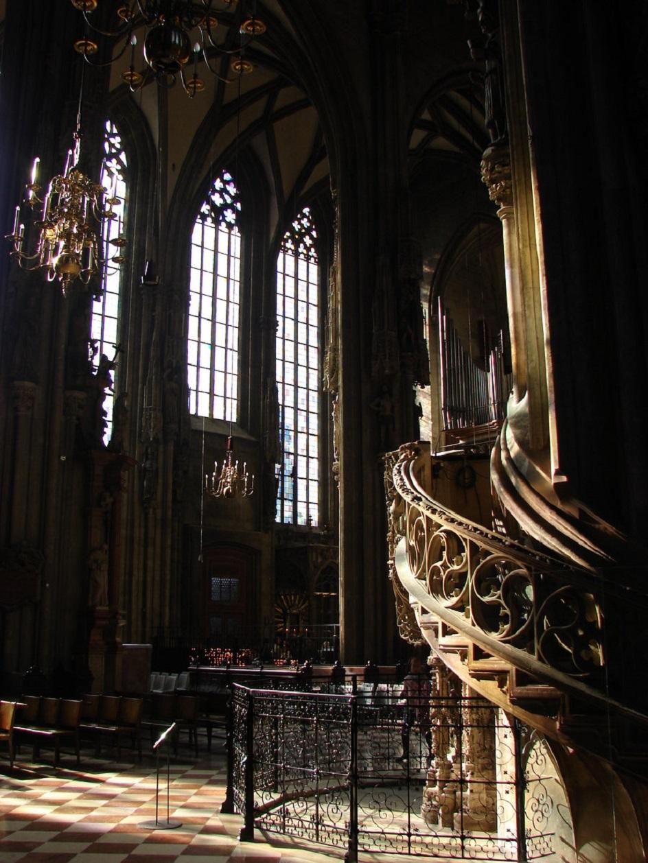 Готика. Интерьер в готическом стиле, зал собора с винтовой лестницей
