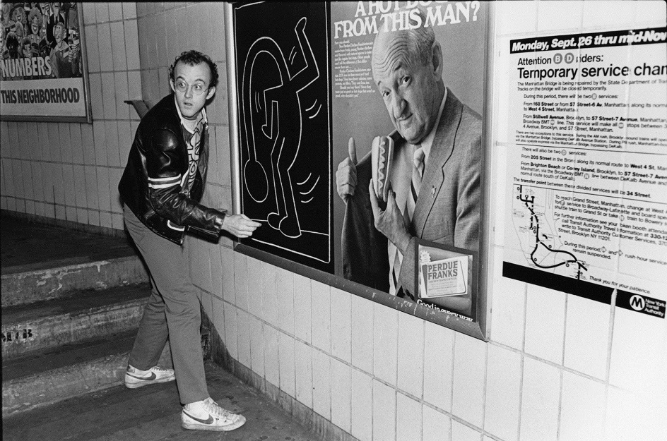 Кит Харинг. Фотография Кита Харинга, рисующего на рекламном щитке в метро