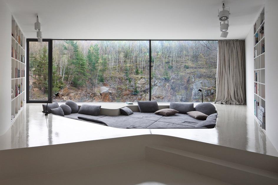 Минимализм. Гостиная с панорамными окнами и встроенными полками в стиле минимализм