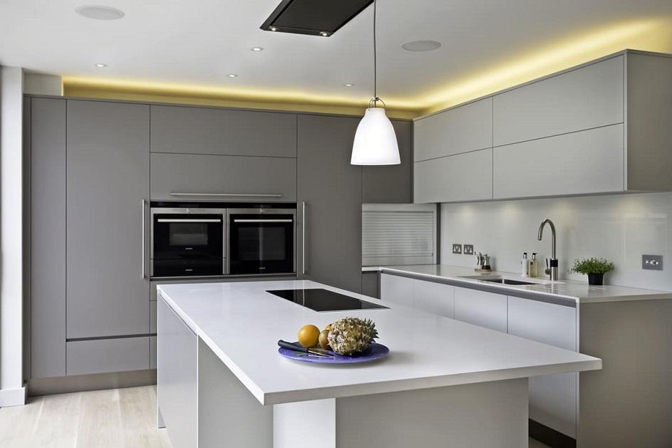 Минимализм. Кухня со встроенными шкафами-купе в стиле минимализм